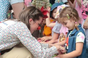 Gydytojai klounai džiugino karo išgąsdintus Ukrainos vaikus