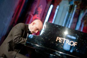 Keliauti per epochas kviečia pianistas M. Katinas