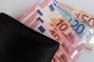 Apgavikė pavogė senolės piniginę su 6 tūkst. eurų