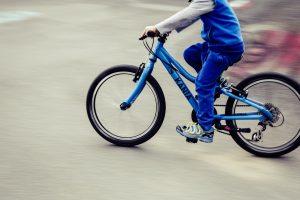 Automobilis parbloškė į perėją įvažiavusį vaiką su dviračiu