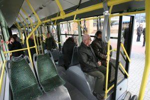 Vilniečiai skundžiasi: net rytą troleibusai ir autobusai pilni purvo