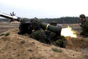 """Kariuomenė papildė prieštankinių raketų """"Javelin"""" atsargas"""