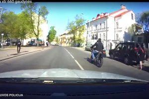 Nuo pareigūnų sprukęs motociklininkas tėškėsi į policijos automobilį