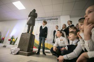 Bronzinė J. Basanavičiaus skulptūra persikraustė į progimnaziją