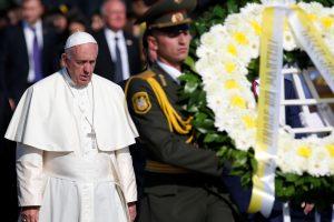 Pasmerkęs armėnų genocidą popiežius pasimeldė prie memorialo aukoms