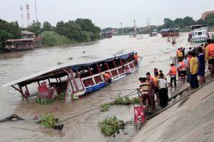 Tailande apvirtus keleiviniam laivui žuvo mažiausiai 13 žmonių