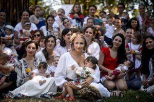 Dešimtys motinų ragino nesigėdyti maitinti krūtimi viešose vietose