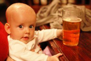 Lietuvos tėvų eksperimentai: rūkyta dešra ir alus kūdikiams
