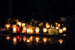 Žmonių prašoma lankomų kapų nepaversti žvakių kalnu