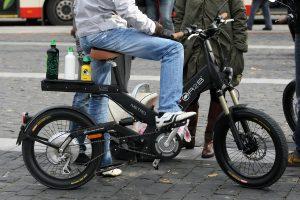 Mokslininkai: važiavimas elektriniu dviračiu gerina sveikatą