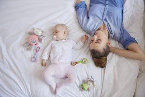 Kūdikiai pirmuosius gyvenimo metus turėtų miegoti tėvų kambaryje