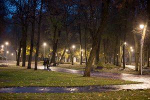 Po dešimtmečio tamsos Pilių parko teritorija pagaliau apšviesta