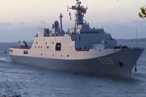 Kinija kuria karinį laivą, galintį panerti ir smogti šimtais raketų