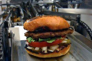 JAV užkandinėje dirba pirmas pasaulyje mėsainius gaminantis robotas