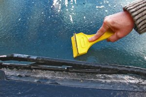 Skubi pagalba: kaip akimirksniu atitirpdyti apledėjusius automobilio langus?