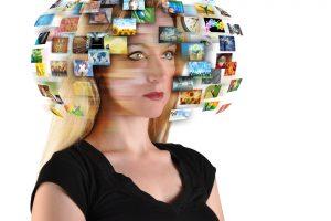 """Žvilgsnis į TV ateitį: susukamas ekranas, """"nematomas"""" televizorius, hologramos"""