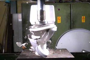 Išmėginta, kaip hidraulinis presas susprogdina klozetą ir deimantą