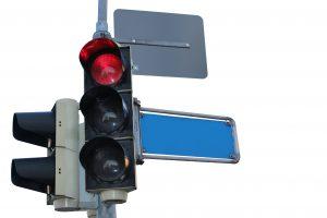 Vairuotojų gudrybės: kaip perjungti šviesoforo šviesą iš raudonos į žalią?