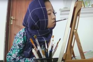 Neįgali 16-metė afganė pasaulį stebina savo piešiniais