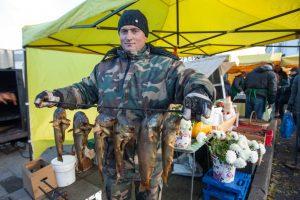 Šeštadienio ritualas turgelyje: pokalbiai, rudens gėrybės ir vainikai