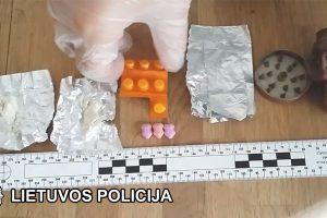Klaipėdos miesto pareigūnai pričiupo įvairius kvaišalus platinusią trijulę