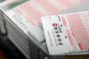 Iš parduotuvės du vyrai pavogė beveik 100 loterijos bilietų