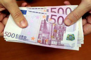 Bandė atsiskaityti galimai suklastotais 500 eurų banknotais