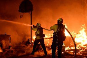 Pietų Kalifornijoje siaučiantys miškų gaisrai jau pareikalavo vienos gyvybės