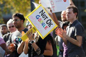 """""""Google"""" darbuotojai surengė protestą dėl varganos kovos su priekabiavimu"""
