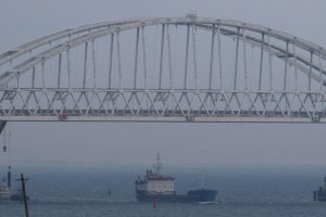 Ukraina žada netrukus pasiųsti karo laivų Kerčės sąsiauriu