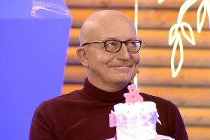 Sauskelnių tortą gavęs A. Valinskas: čia respiratorius, bet ne galvos