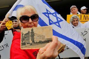 Tarptautiniai antisemitizmo tyrėjai smerkia Lenkijos holokausto įstatymą