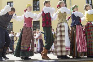Istorikas: negalima visų surikiuoti ir aprengti tautiniu kostiumu