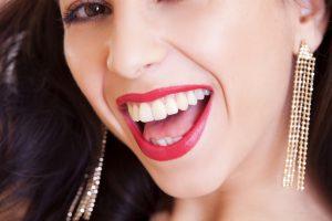 Jokių išimamų protezų – unikali metodika leidžia atkurti dantis per dieną