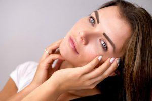 Kuo skiriasi merginų ir vyresnio amžiaus moterų paakių priežiūra?