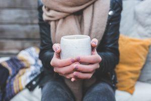 Žiemos išvargintos ir išsausėjusios rankos: kaip joms padėti?