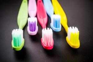 Antroji pamoka: kaip išsirinkti tinkamiausią dantų šepetėlį?