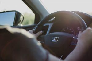 Moterys nebesuka galvos dėl kelyje sugedusio automobilio?