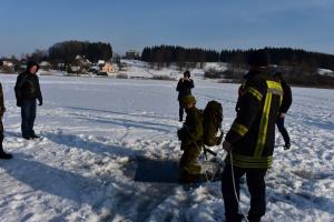 Moksleiviai mokosi saugaus elgesio ant ledo