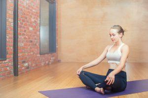 Žvalaus ryto receptas – kelių minučių joga, kuri tiks ir darbe