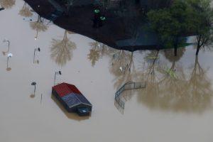 Siaubingos liūtys apėmė JAV: Šiaurės Kalifornijoje patvinusi upė apsėmė 2 tūkst. namų