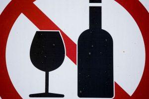 Ekspertai: alkoholio draudimų Lietuvoje kol kas turėtų pakakti