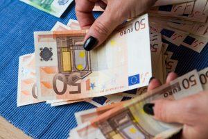 Finansų ministerijos optimizmas: atlyginimai augs gerokai sparčiau nei kainos