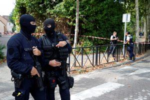 Išpuolis Paryžiaus priemiestyje: užpuolikas nudūrė žmogų, dar du sužeisti