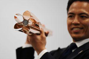 Tokijas pristatė vyšnios žiedo formos olimpinį deglą