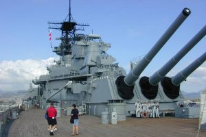 Kodėl Antrojo pasaulinio karo laivų deniai buvo dengti medinėmis lentomis?