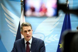 """Britų ministras griežtai kritikuoja Rusiją – """"valstybę pariją"""""""
