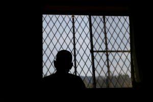 Išplitus šokiruojančiam įrašui, buvę kaliniai prabilo apie smurtą Rusijos kalėjimuose
