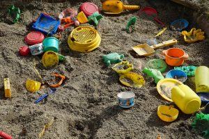 Vaikų smėlio dėžės: kaip jas prižiūrėti