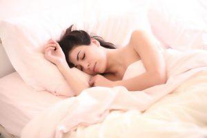 Kaip greičiau užmigti, geriau išsimiegoti ir lengviau nubusti?